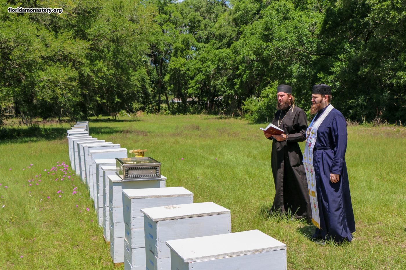 Монастырский мед - освящены ульи для пасеки